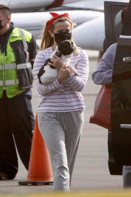 Reese Witherspoon llegó a Los Ángeles en un vuelo privado. La actriz fue vista cargando en brazos a su pequeño nuevo cachorro y también estuvo acompañada por sus hijos mayores, Ava y Deacon (Fotos: The Grosby Group)