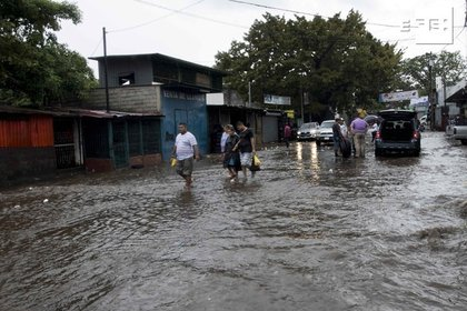 Several people walk through a flooded street due to the passage of Hurricane Iota in Managua (Nicaragua).  EFE / Jorge Torres / Archive