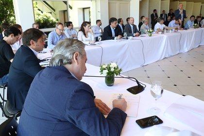 Acompañado por el gobernador Axel Kicillof, Alberto Fernández recibió en el quincho de Olivos a los 24 intendentes del conurbano de la provincia de Buenos Aires. (Presidencia)