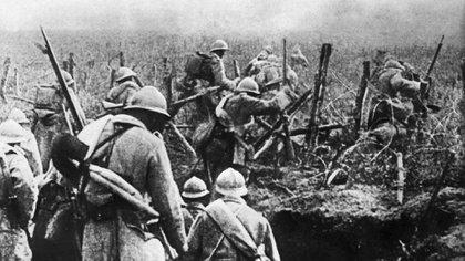 Soldados franceses moviéndose en ataque desde su trinchera durante la batalla de Verdun, en 1916 (AFP / David COURBET)