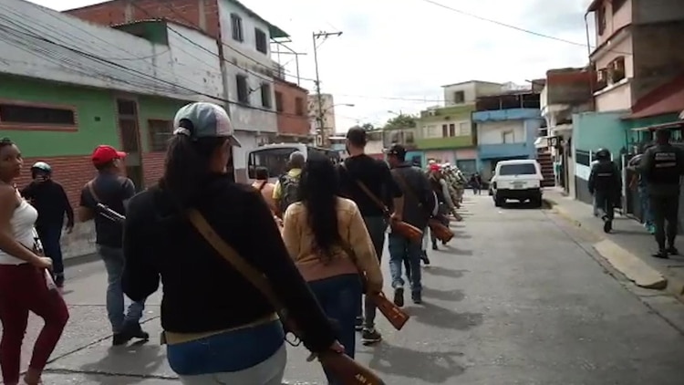 Este grupo no tiene uniforme y marcha con su ropa de civil, aunque si está armado con el obsoleto Mosin-Nagant