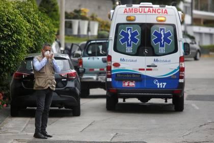 Personal del Ministerio de Salud durante el traslado de restos de un hombre de 69 años que murió por coronavirus (COVID-19), en Lima. 20  de marzo de 2020. REUTERS/Sebastian Castanñeda