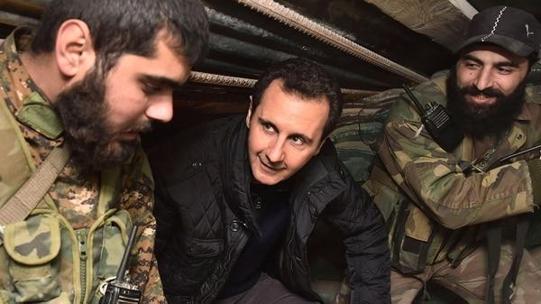 El dictador Bashar al Assad visitando a las tropas (Reuters)