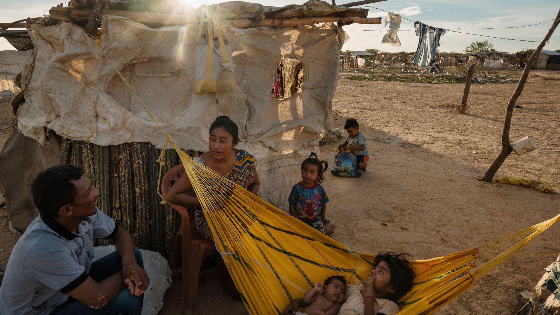 Diseida Atensio, quien es venezolana, descansa con su familia en un campamento ubicado en un territorio en disputa. (Fotos: Adriana Loureiro Fernández para The New York Times)