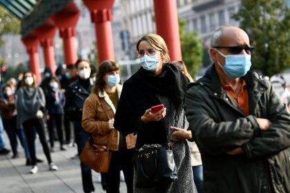 Personas hacen fila para someterse a un test de coronavirus en Milán. (REUTERS/Flavio Lo Scalzo)