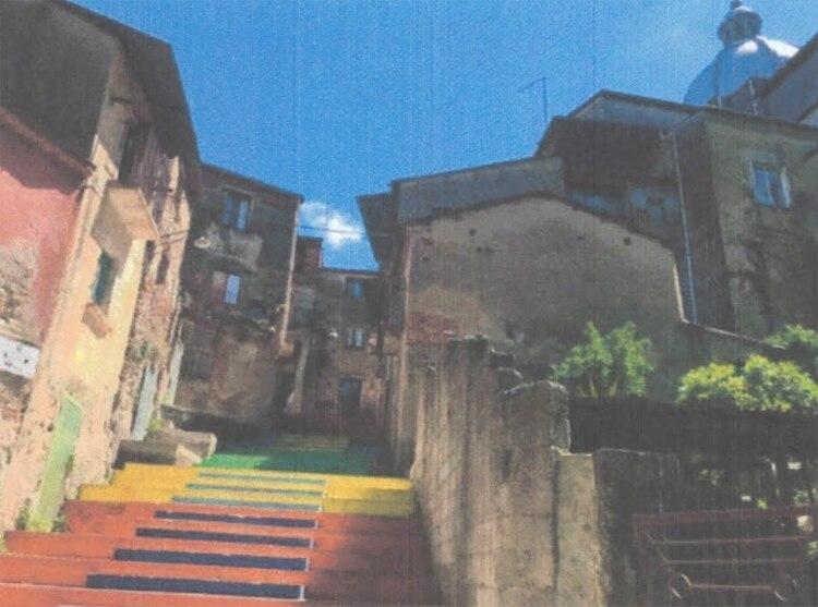 Al edificio Via Carmine se accede a través de una colorida escalinata