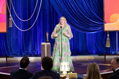 Emerald Fennell recibiendo su premio como Mejor Guión Original (Foto: Reuters)