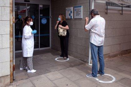 Colas para realizarse las pruebas PCR en un centro de salud. EFE/Enric Fontcuberta/Archivo