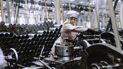 Una mujer trabajando en una fábrica de municiones en el Reino Unido en 1915 (Cortesía Editorial Head of Zeus)