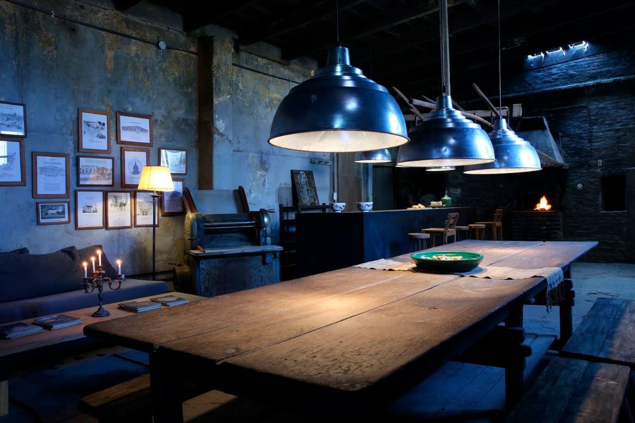 Tanto el techo como el piso se dejaron tal cual para mostrar el paso del tiempo. Para la iluminación externa e interna  se utilizaron lámparas de galponeras viejas, de estilo insdustrial. El lugar conserva el viejo horno, máquinas y telas que se usaban para el hacer el pan