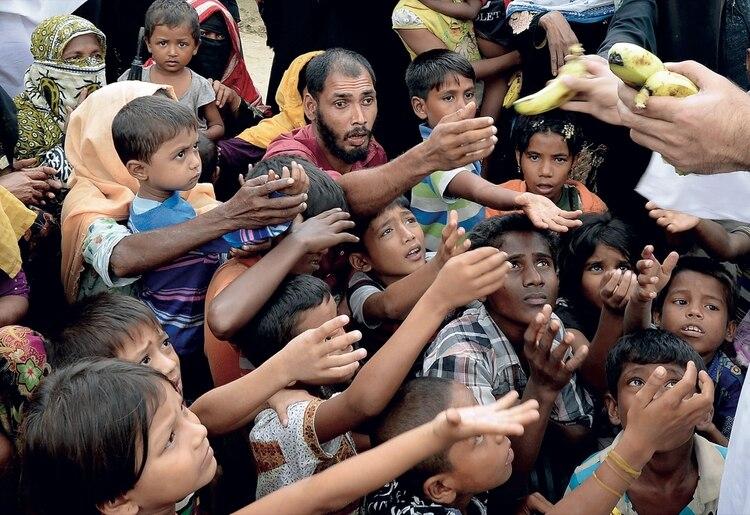 Los refugiados reciben bananas en Bangladesh Foto: AFP PHOTO / Tauseef MUSTAFA