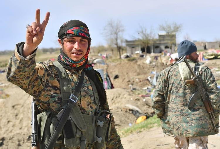 """Fuerzas kurdas celebran la caída del """"califato"""" en Siria (AFP)"""