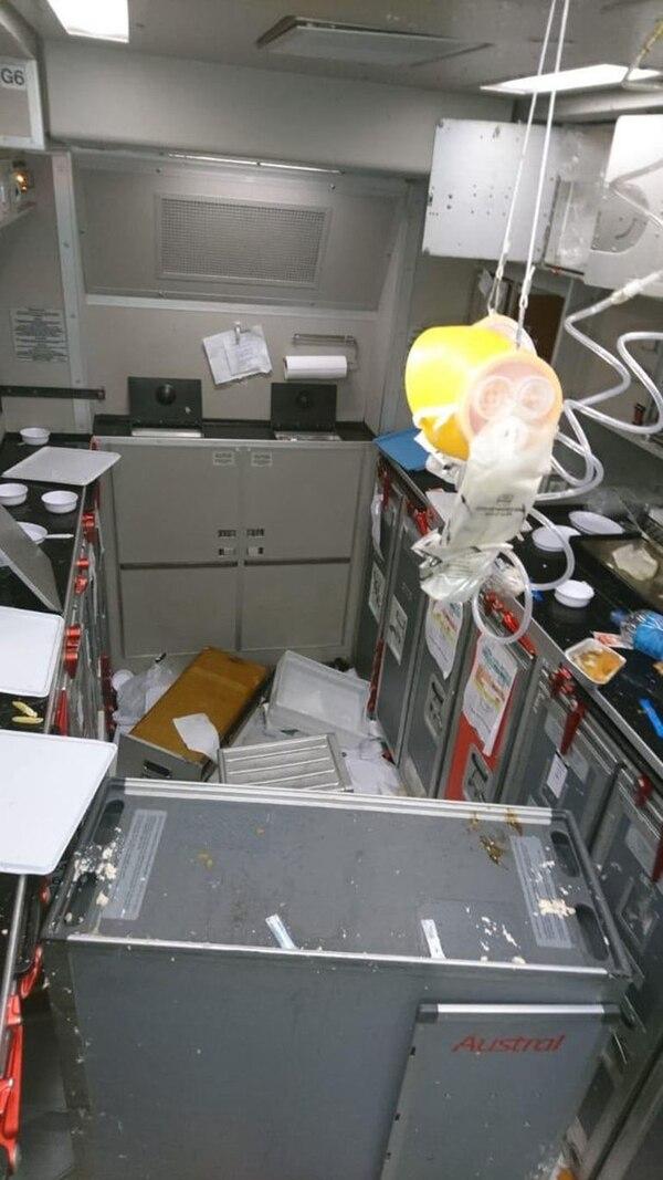 La zona donde se guardan los alimentos sufrió daños por los movimientos bruscos del avión