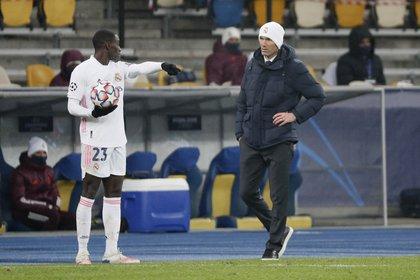 El entrenador Zinedine Zidane y Ferland Mendy (Reuters)