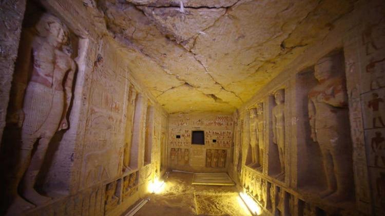 La tumba está decorada con jeroglíficos y estatuas de gran importancia arqueológica.