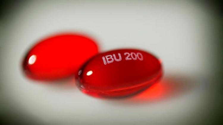El ibuprofeno actúa más rápido y en zonas localizadas, pero puede generar hemorragias y úlceras (Shutterstock)