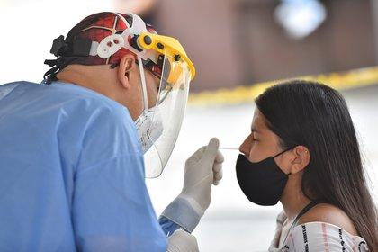 Una mujer se realiza una prueba de covid-19 durante una jornada de toma de muestras, el 21 de enero del 2021, en Cali (Colombia). EFE/ Ernesto Guzmán Jr