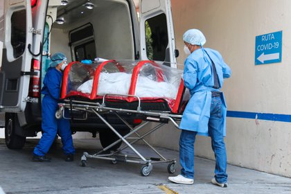 """Un paciente infectado de la COVID-19 ingresa en una cápsula Covid al área de Urgencias del Hospital General de Zona 1-A """"Venados"""" ubicado al sur de la Ciudad de México (México). EFE/José Pazos/Archivo"""