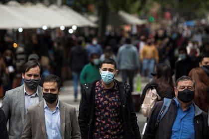 Personas con tapaboca en las calles (EFE/Alberto Valdés/Archivo)