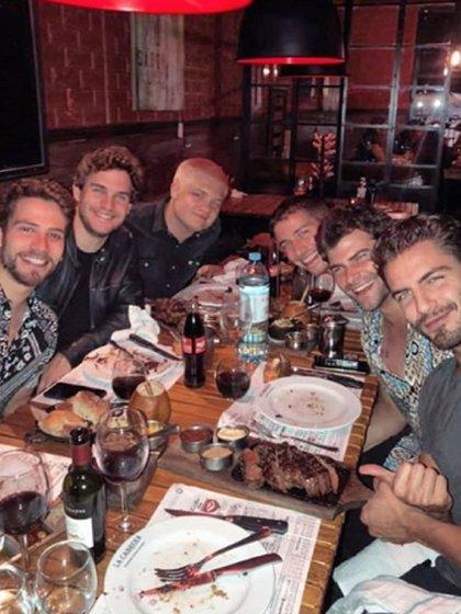 Maxi Iglesias comió en una parrilla porteña junto a Toto Suar, Albert Baró, Victorio D'Alessandro, Matías Mayer y Diego Domínguez