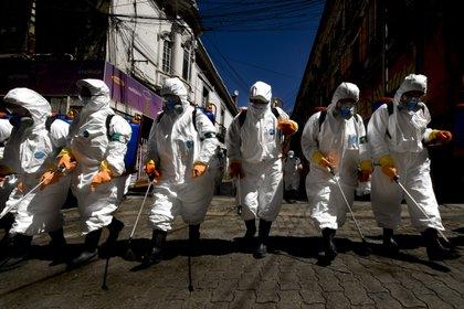 Trabajadores en Bolivia desinfectan una calle. Foto: ZUMA Wire/dpa