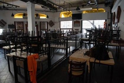 """El """"take away plus"""", o la apertura de restaurantes sin mozos ni servicio, pero con mesas en las veredas, es uno de los pocos ítems pendientes de la etapa 2 de la cuarentena en la Ciudad debido al aumento del número de contagios. Foto: Franco Fafasuli)"""