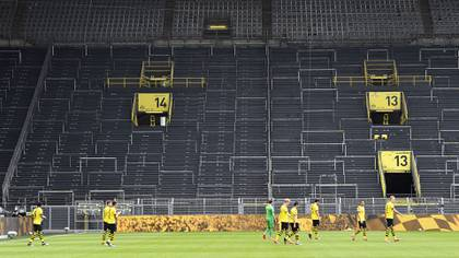 Los jugadores del Borussia Dortmund jugaron sin el apoyo de los más de 80.000 fanáticos que acuden a su estadio cada vez que juega de local (AFP)