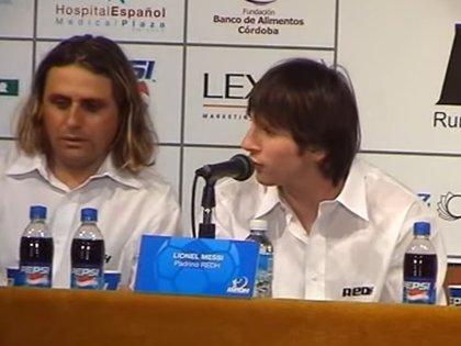 Hoyos y Messi durante un acto benéfico en Córdoba varios años después de haber estado juntos en las inferiores del Barcelona