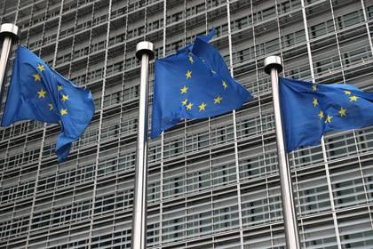 FOTO DE ARCHIVO. Banderas de la Unión Europea en un edificio gubernamental en Bruselas. REUTERS/Yves Herman/File Photo