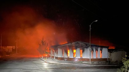 Una tienda de azulejos y otros artículos para el hogar arde en Stepanakert la noche del 3 de octubre de 2020 después de que la ciudad es bombardeada  © 2020 Unión de Ciudadanos Informados.