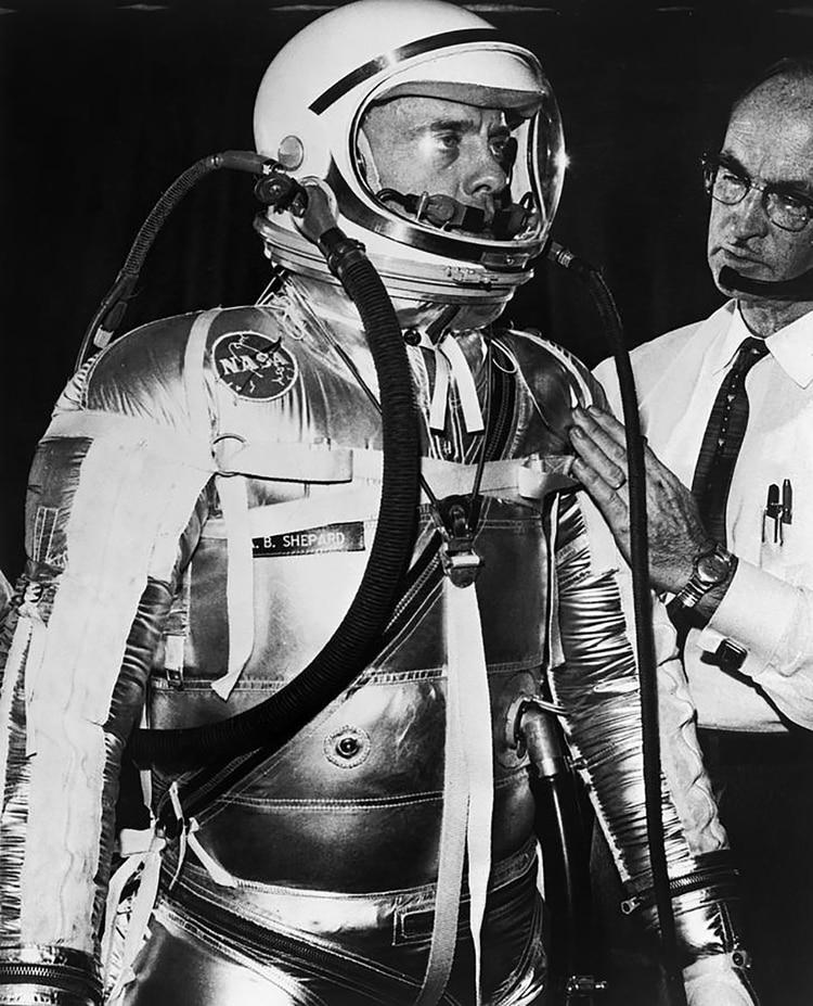 Alan Shepard, con el logo de la NASA en su traje. Luego de unos primeros ensayos de vuelos espaciales, los estadounidenses se centran en la misión más difícil: enviar una nave tripulada a la luna