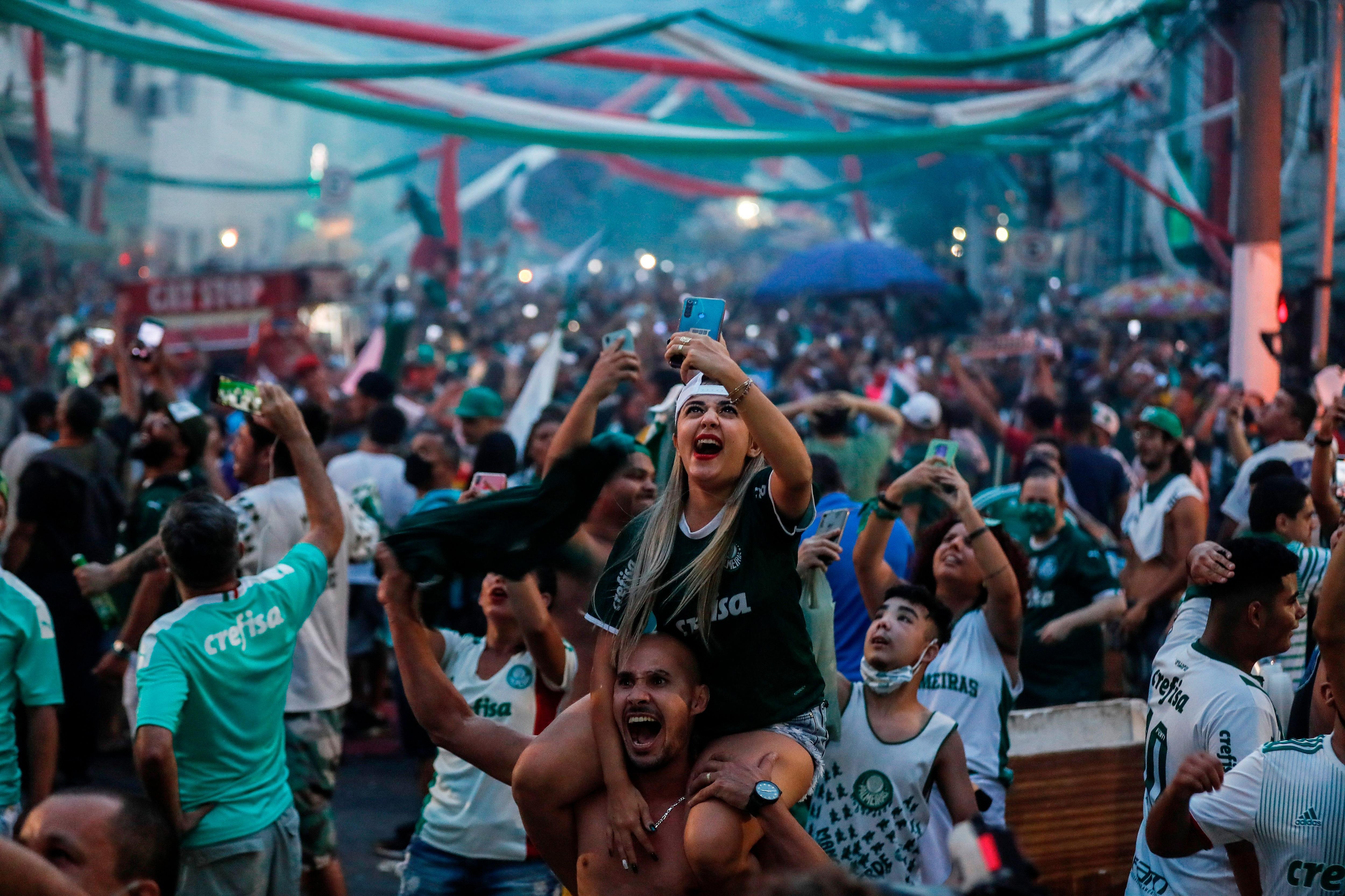 Seguidores del Palmeiras celebran la conquista de la Copa Libertadores, la segunda en la historia de su equipo, hoy, cerca del estadio Allianz Parque, en Sao Paulo (Brasil). EFE/Sebastiao Moreira