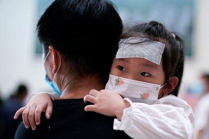 Todo coronavirus es complejo y los niños no son una excepción. Si bien las muertes de niños y adolescentes siguen siendo bajas, no son invulnerables (REUTERS)