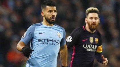 Sergio Agüero con la camiseta el City y Messi con la del Barcelona. ¿Podrán jugar juntos en el mismo equipo? (Reuters)
