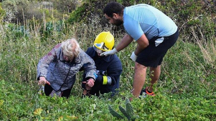 Trabajadores de rescate atendieron a los pasajeros heridos en el lugar del accidente. (AFP)