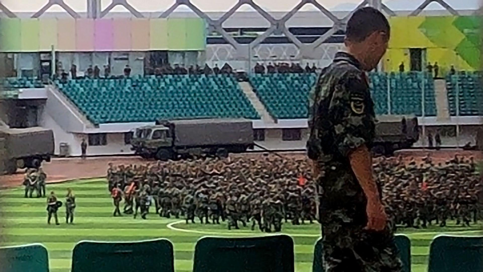 Personal paramilitar chino se reúne en el estadio Shenzhen Bay en Shenzhen, en la frontera con Hong Kong (Foto de STR / AFP)