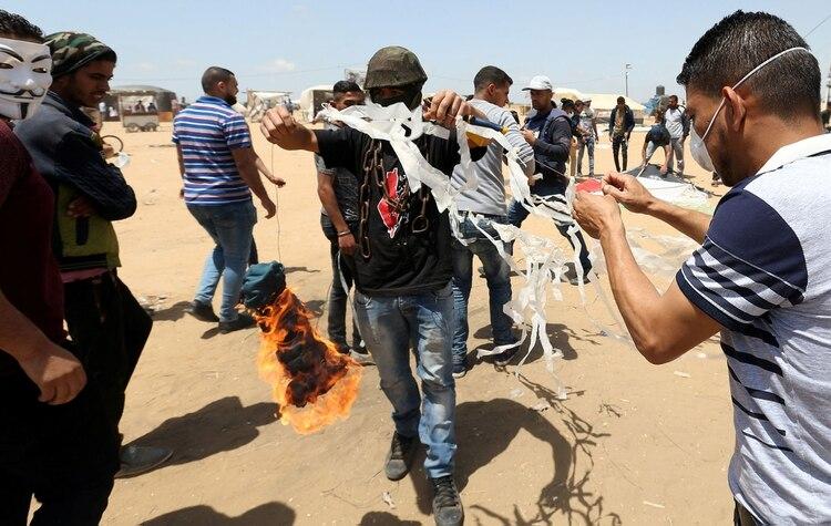 Hamas lanza cometas de fuego sobre territorio israelí en Gaza (Reuters)