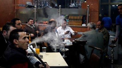Más de ocho de cada 10 hombres jordanos fuma o emplea otros productos de nicotina. (AP/Mohammad Hannon)