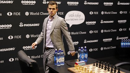 El actual campeón mundial Magnus Carlsen aprovechó la cuarentena global y organizó un torneo online con grandes maestros que comienza este sábado y reparte un cuarto de millón de dólares en premios. (AFP)