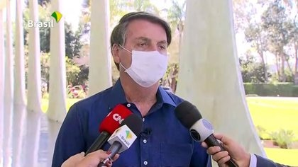 El presidente Bolsonaro confirmando ante los periodistas que estaba contagiado de Covid-19 sin mantener la distancia prudencial. Brazilian Government TV via Reuters.