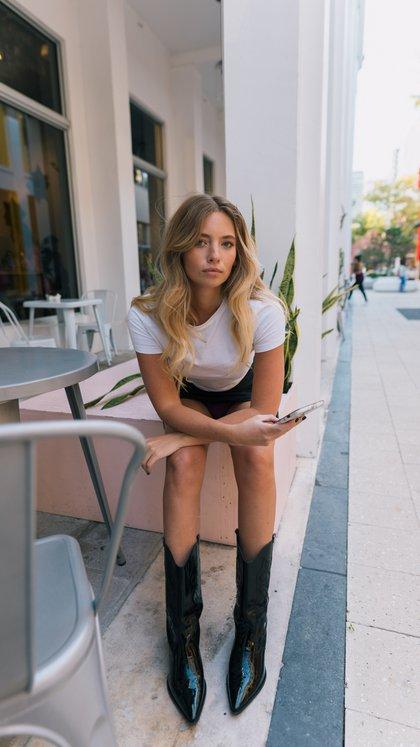 La diseñadora de la marca luciendo unas botas texanas de cuero genuino en color negro de una de sus colecciones