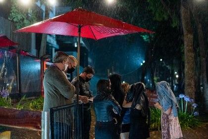Un grupo de chicas, a punto de entrar a un boliche pasadas la 1 de la madrugada en Pinamar, donde no se respetaron las restricciones impuestas por decreto del gobierno bonaerense (Fotos: Diego Medina)