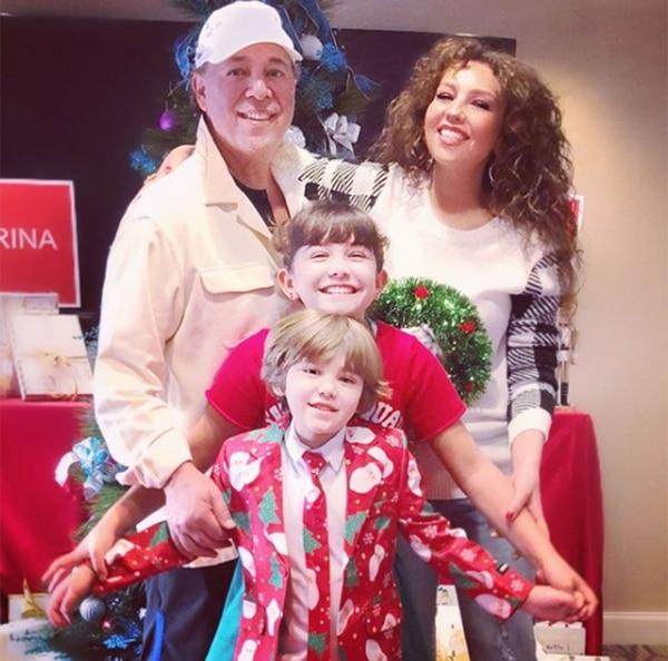 Thalía junto a su esposo Tommy Mottola y sus dos hijos