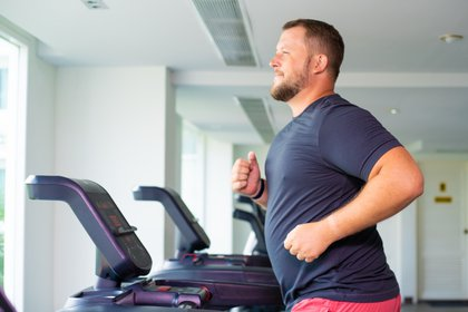 Mantener un peso saludable, una alimentación equilibrada y realizar actividad física reducen los riesgos de esta enfermedad (Shutterstock)