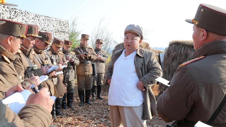 Kim Jong Un da instrucciones a sus generales durante uno de los tantos ejercicios de lanzamientos de misiles. (Reuters)