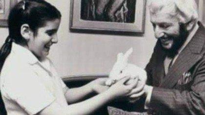 """Martín Karadagian y su hija Paulina, con un regalo muy especial: un conejo. """"Mi papá era un mago"""", dice ella."""