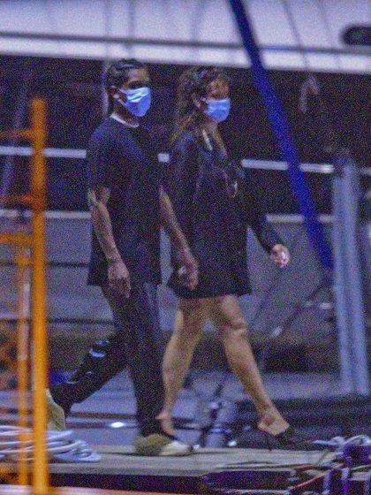 Rihanna fue vista caminando de la mano con su nuevo novio en Bridgetown, Barbados, por un crucero. Celebraron la Navidad en el país natal de la cantante y luego se tomaron unos días de descanso para recorrer y disfrutar en pareja
