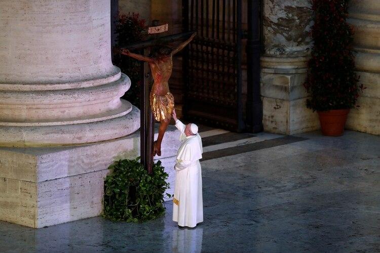 El papa Francisco se acercó al Cruficijo de la
