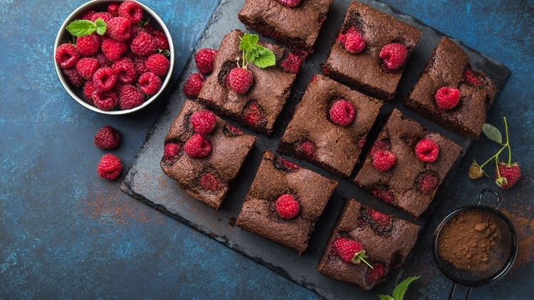 Brownie de algarroba con frutos rojos, para reemplazar el chocolate (Shutterstock)