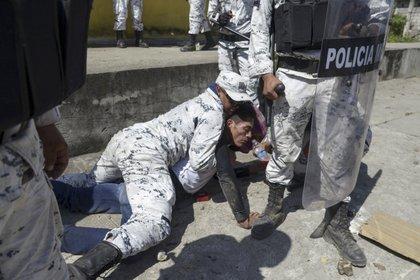"""La CNDH solicitó a la SSPC que """"proceda a la reparación integral del daño causado a las víctimas"""" (Foto: Isaac Guzmán / AFP)"""